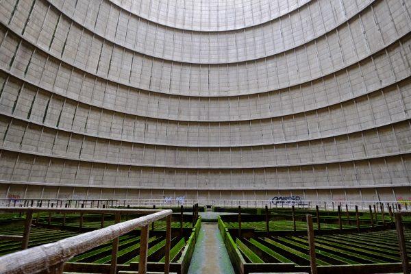 La tour de refroidissement de Charleroi on se croirait dans une centrale nucléaire