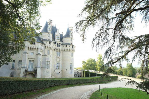 Le château d'Ussé immense bâtisse dissimulée par les bois