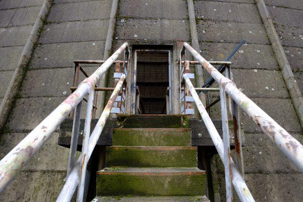Le petit escalier menant à la tour de refroidissement de Charleroi