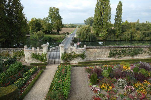 Les jardins, la grille du château un petit cour d'eau puis la vallée de la Loire