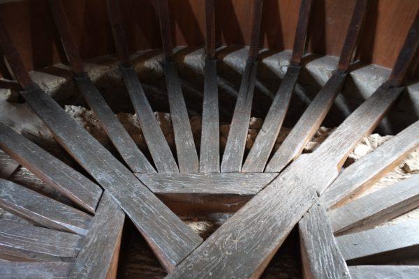 L'impressionant travail du charpentier dans l'une des tours du château