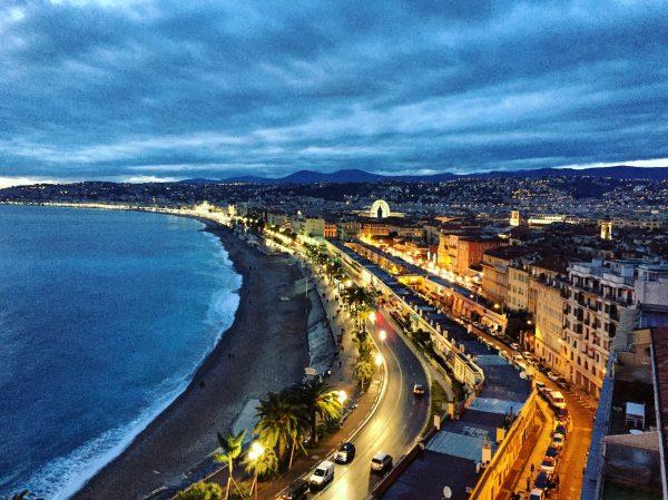 Nice, la baie des Anges et la promenade des Anglais au bord de la nuit