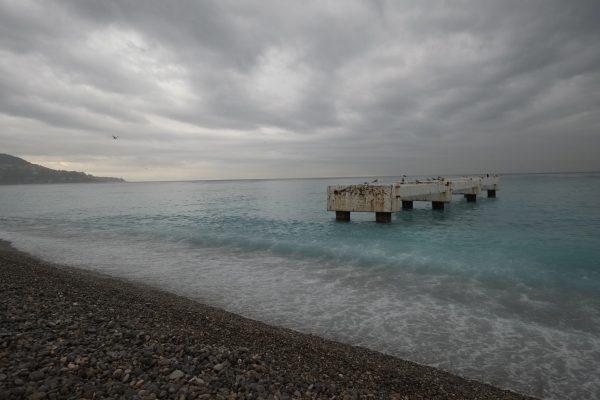 Sur la grande plage de Nice un ponton abandonné