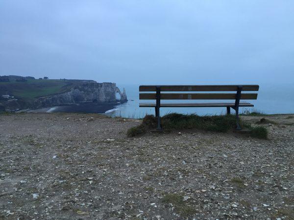 Un banc sur une falaise à Etretat