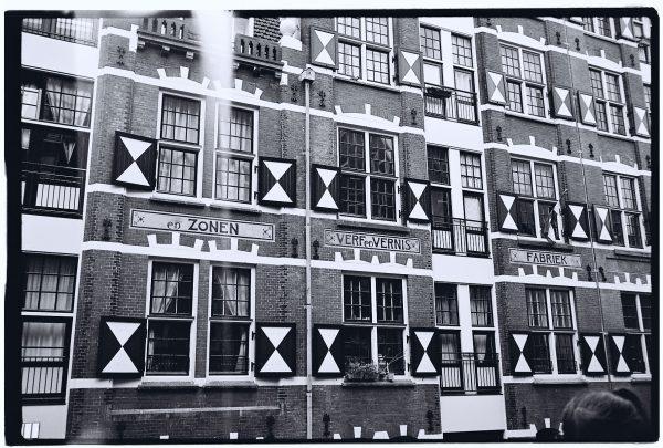 Une façade énigmatique lors d'une escale à Amsterdam