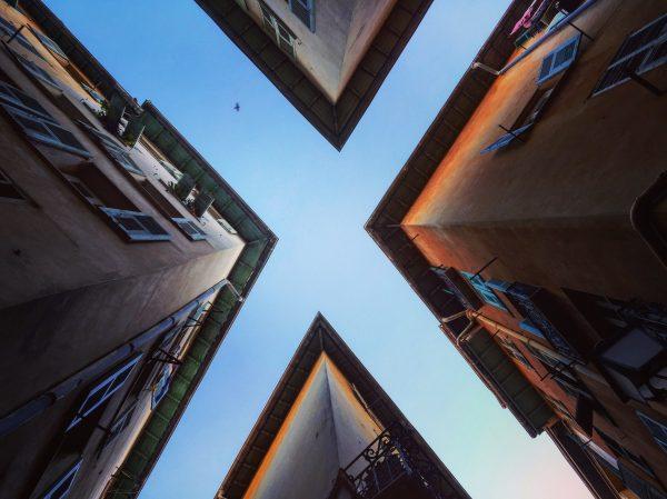 Une vue insolite lorsqu'on lève les yeux au ciel dans le Vieux Nice