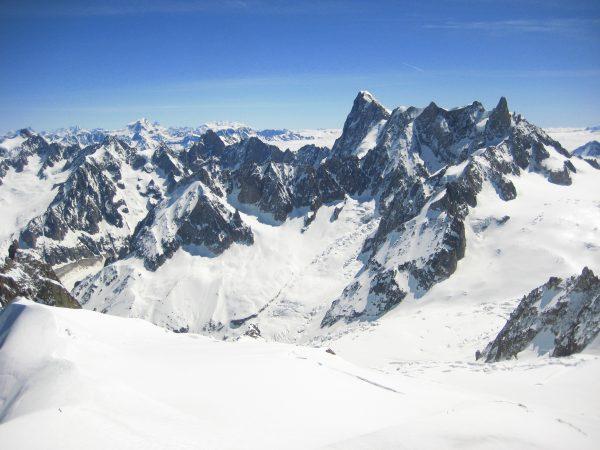 Une vue splendide sur les Alpes depuis l'Aiguille du Midi, à Chamonix