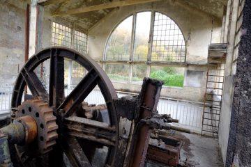Visite de l'intérieur de la hall et découverte d'une roue crantée