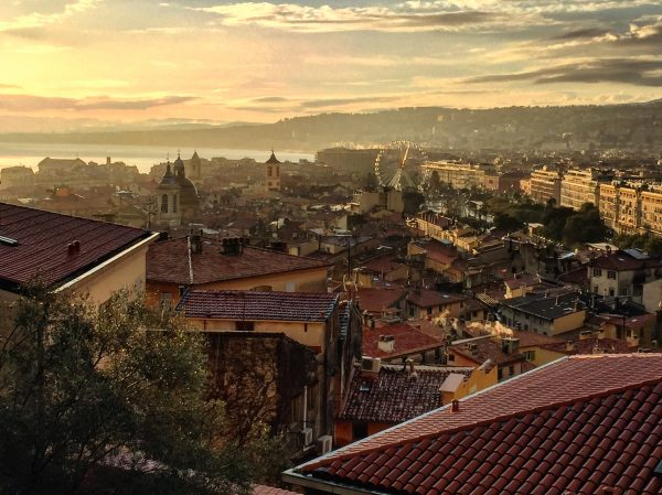 Vue sur Nice au crépuscule depuis la colline du château