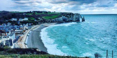 Vue sur la plage, Etretat, la porte d'Aval et les falaises