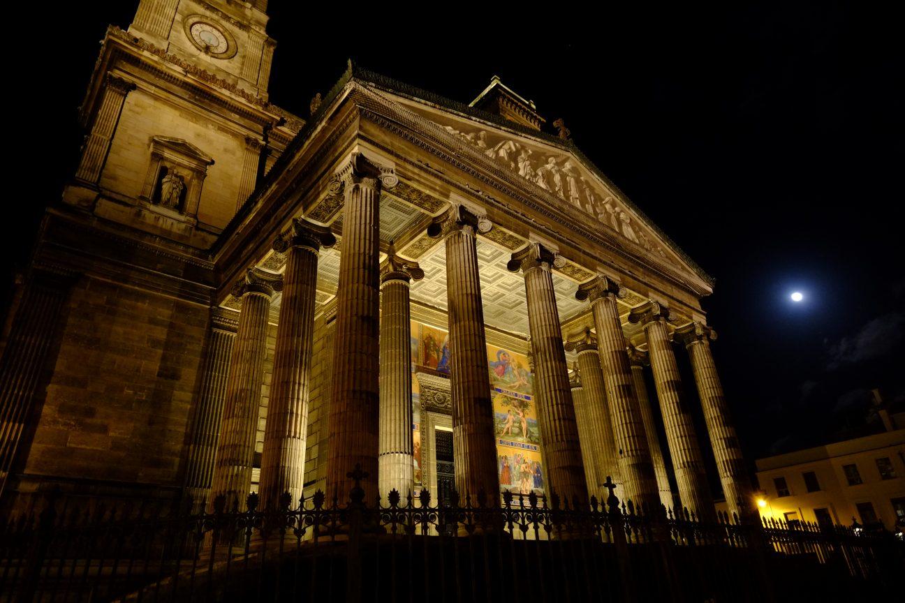 L'église Saint Vincent de Paul et la pleine lune à Paris