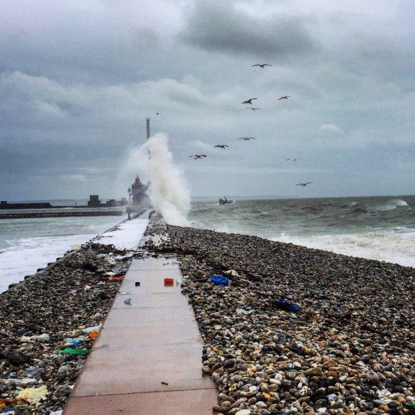 La jetée du port du Havre un jour de mauvais temps