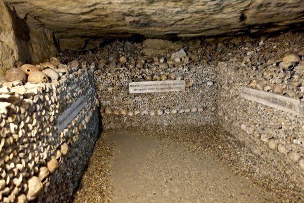 Les ossements humains dans les catacombes de Paris