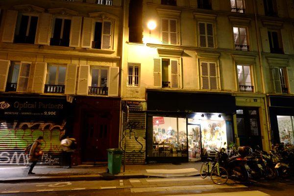 Une petite maison parisienne coincée entre deux immeubles