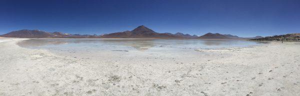 Au fond un volcan et les mines de la frontière chilienne