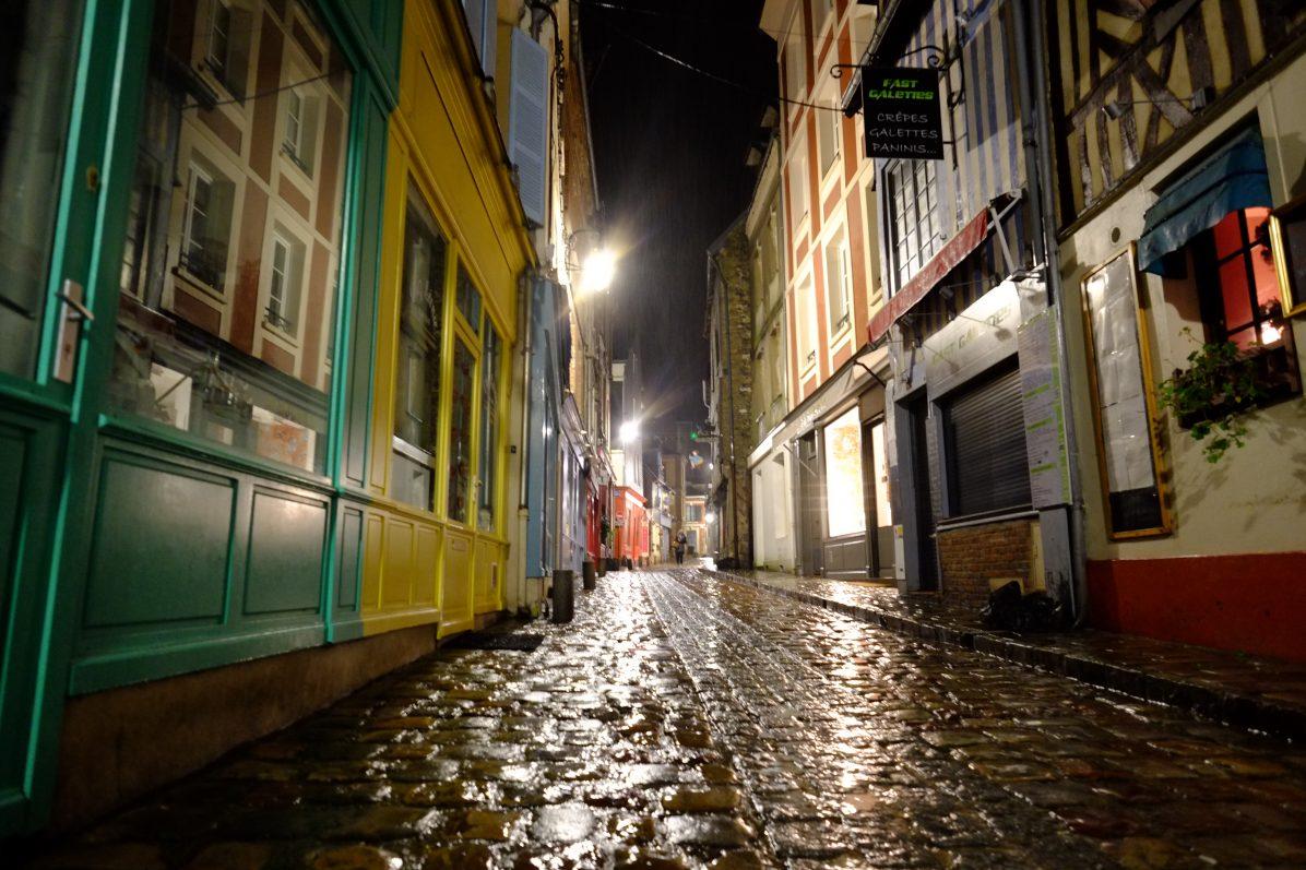 Balade dans les ruelles d'Honfleur pendant la nuit