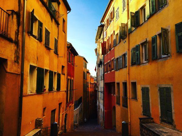 Dans les ruelles du vieux Nice, l'une des villes les plus chaudes de France