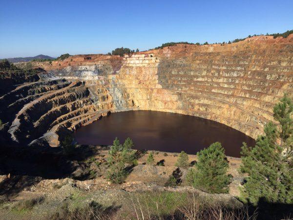 Le Lac artificiel rouge sang d'une des mines de Huelva