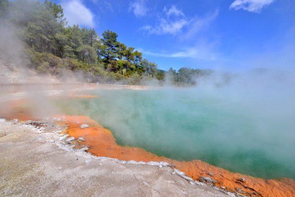 Le lac de Champagne Pool au Wai-O-Tapu en Nouvelle Zélande