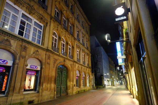 L'une des ruelles piétonnes du centre de Metz la nuit