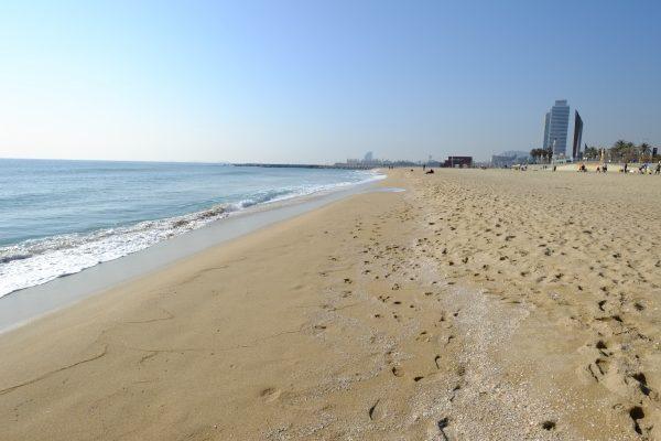 Balade sur l'une des plages de Barcelone, la plage de Mar Bella