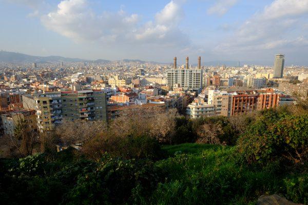 Barcelone entre le ciel et les montagnes