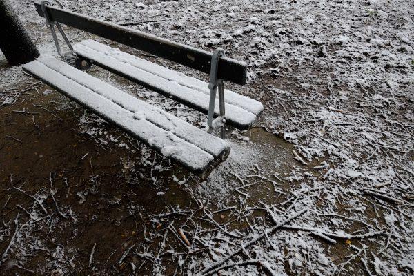 Un banc sous la neige, aux Invalides à Paris