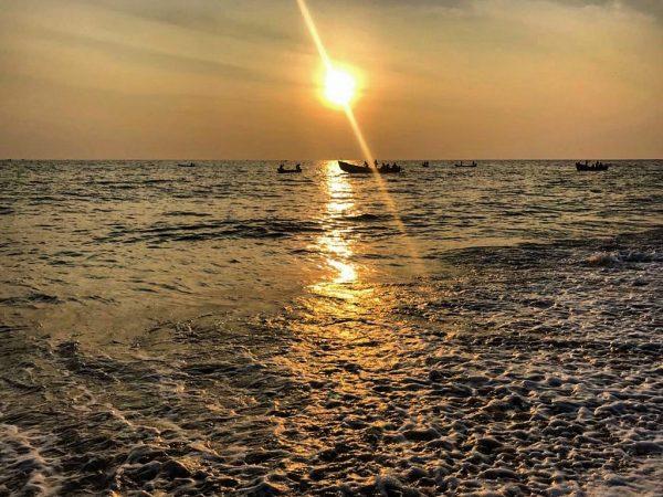 Un coucher de soleil sur la côte tropicale de l'Inde, à Kerala