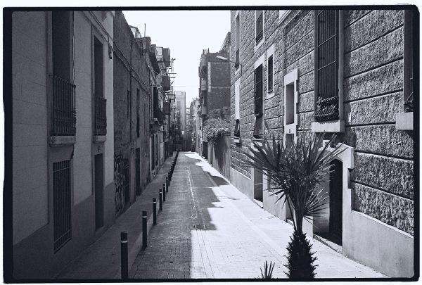 Une ruelle discrète et très ensoleillée à Barcelone