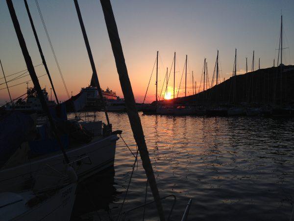 Coucher de soleil sur le port de Mykonos, dans les Cyclades