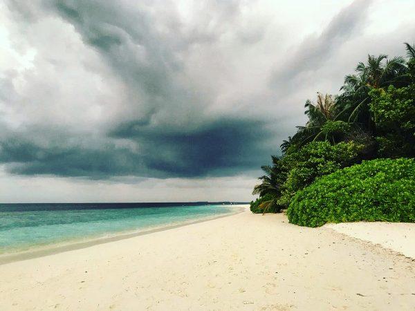 L'archipel des Maldives sous les nuages