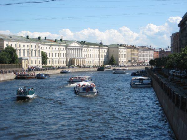 Saint-Pétersbourg et la Neva sous le soleil