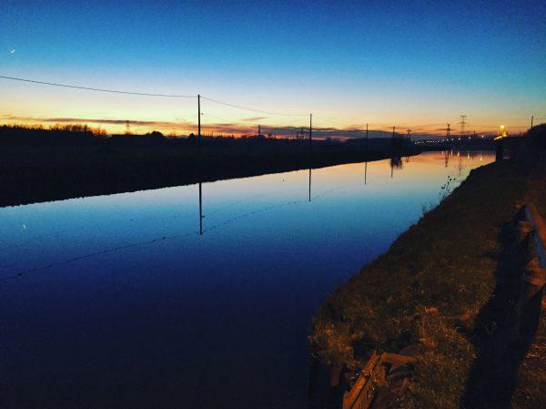 Un canal au crépuscule dans le Nord pas de Calais