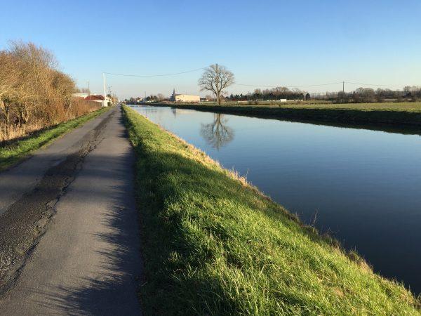 Un chemin de halage sur la commune des Attaques, Nord Pas de Calais