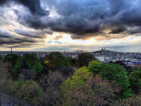 Un timide coucher de soleil sur Paris vu depuis les Buttes Chaumont