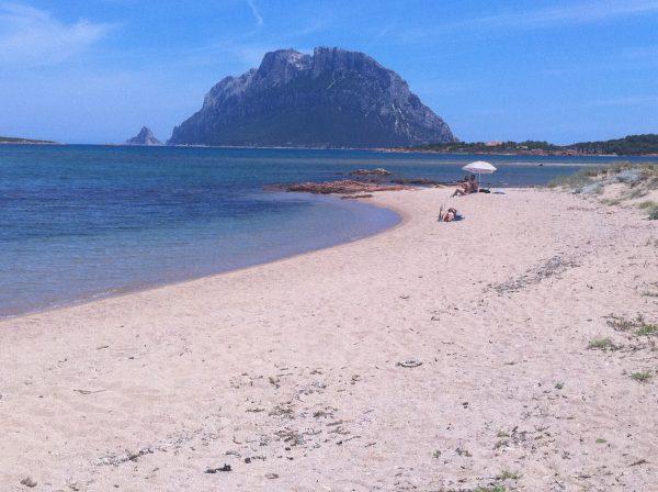 Une plage quasi déserte au mois de mai près d'Olbia en Sardaigne