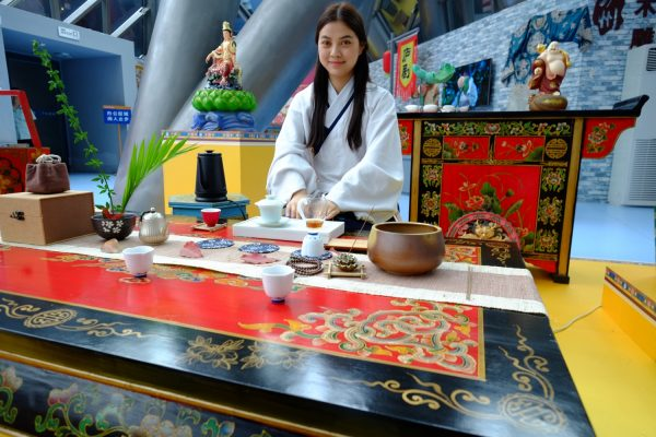 Une jolie serveuse, préparant le thé à Hefei