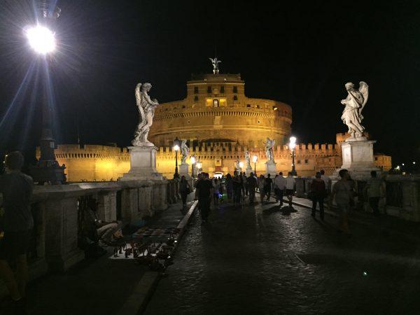 Rome la nuit sur les bords du Tibre