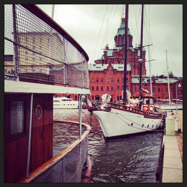 Le port et la cathédrale en briques rouges d'Ouspenski