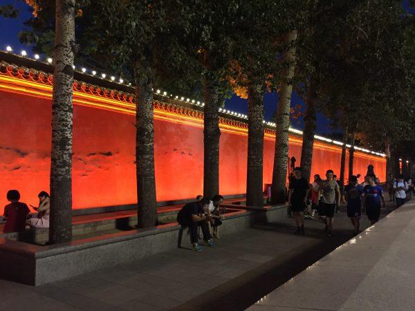 Le long de la belle place Tiananmen