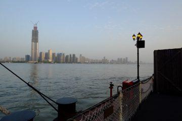 Vue imprenable sur le Yangtsé Kiang et la tour 606 à Wuhan