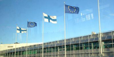 Les drapeaux finlandais et européens