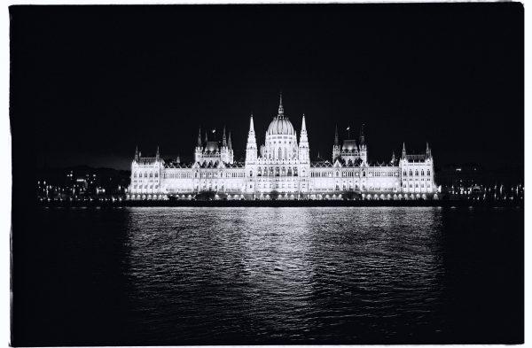 Budapest, la nuit et un bâtiment qui se reflète dans le Danube