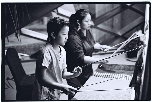 Une mère et son fils lors d'un spectacle de marionnettes au centre culturel de Hefeï
