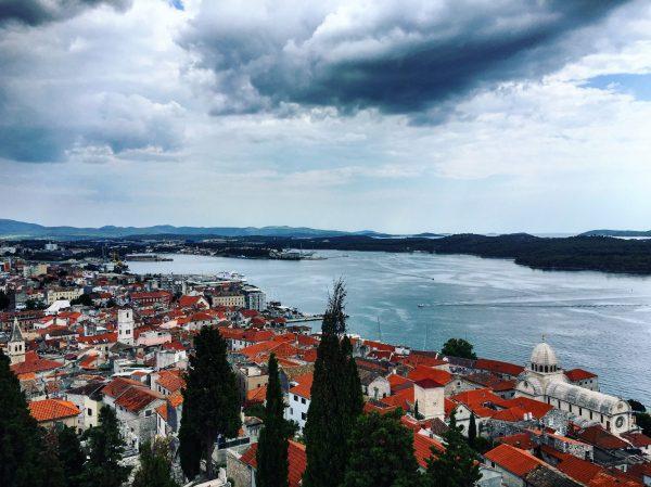 Sibenik, une ville magnifique au fond d'une baie naturelle