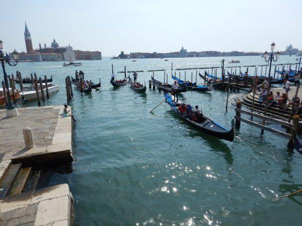 Des gondoles à Venise, non loin de la place Saint-Marc