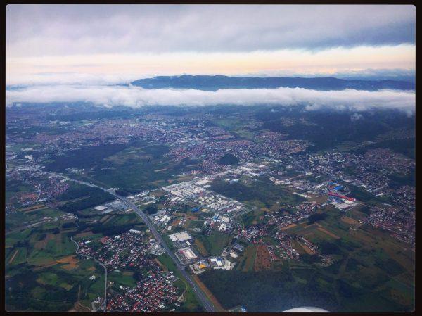 Vue des faubourgs de Zagreb au décollage