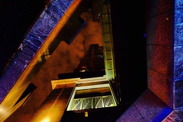 En contre-plongée à Wuhan la nuit
