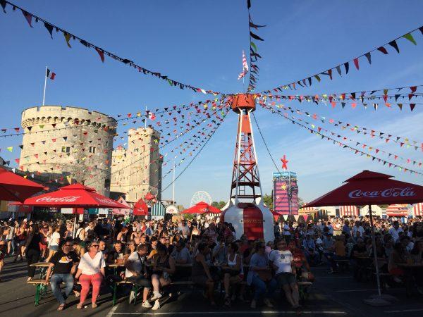Au pied des tours de la Rochelle le festival des francofolies