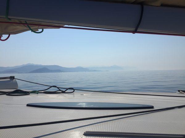 Croisière en Croatie, au moteur au large des côtes mais à proximité des îles